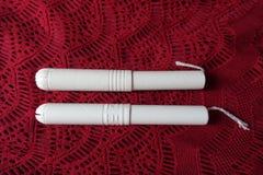 Två tamponger med pappapplikatorer från över Arkivbild
