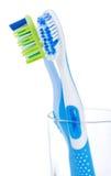 Två tandborstar i exponeringsglas Royaltyfri Fotografi