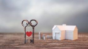 Två tangenter kretsade tillsammans bakgrund och en hög av pengar, fotografering för bildbyråer