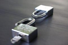 Två tangenter som låsas och inte låsas på framgång i affär och att ha I arkivfoton