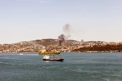 Två tankfartyg som förbigår bosphorusen och en brand i kullarna Royaltyfri Bild
