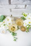 Två tappningexponeringsglas av champagne Arkivbild