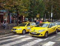 Två taxichaufförer som väntar på passagerare i Prague Arkivbild