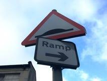 Två tecken på en gatapol - hastighetsbula och ramp Arkivbilder