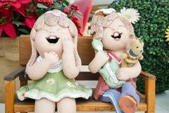 Två tecknad filmflickor ler i trädgården Royaltyfria Foton