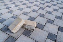 Två tegelstenar och trottoar Arkivfoton
