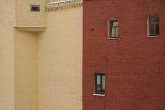 Två tegelstenhus - beiga och terrakotta arkivbild
