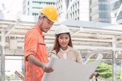 Två teknikerer som möter på konstruktionsplatsen Coworkers som diskuterar Fotografering för Bildbyråer