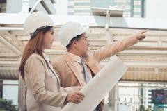 Två teknikerer som möter på konstruktionsplatsen Coworkers som diskuterar Arkivbilder