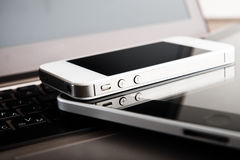 Två telefoner och minnestavlaPC på bärbara datorn Royaltyfri Fotografi