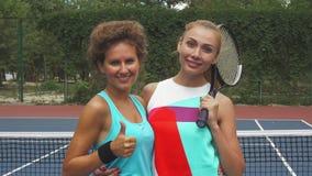 Två tennisflickor som ler på kameran stock video