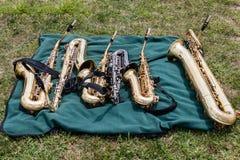 Två tenorer, tre alter och en bari saxofoner på en filt Royaltyfri Bild