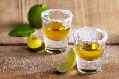 Två tequilaskott med limefruktskivan och saltar royaltyfria bilder
