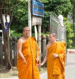 Två thailändska munkar Arkivfoton