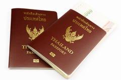 Två Thailand pass med den thailändska sedeln Arkivfoton