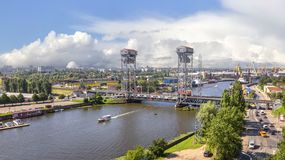 Två-tiered bro, klaffbro på floden Pregolya Kaliningrad Royaltyfri Foto
