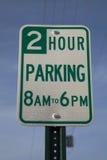 Två timme parkeringstecken Arkivfoton