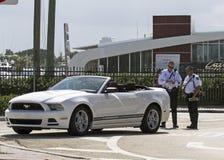 Två tjänstgörande poliser ge en trafikbiljett Royaltyfri Fotografi