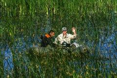 Två tjuvskyttar på ett lås för rubber fartyg fiskar i det netto Zhitomir Royaltyfria Bilder