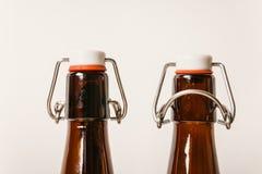 Två tomma bruntflaskor med lock royaltyfria foton