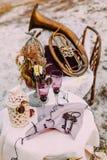 Två tomma exponeringsglas av bruden och brudgummen på den dekorerade tabellen, i att gifta sig område bröllop för band för inbjud Arkivfoto
