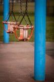Två tomma gungor Fotografering för Bildbyråer