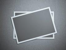 Två tomma kort på det gråa studiogolvet Arkivbilder