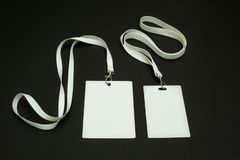 Två tomma legitimationkort på en svart bakgrund Utrymme för text och design royaltyfri foto