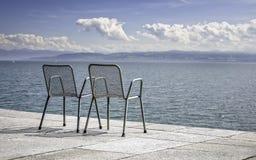 Två tomma metalliska stolar fotografering för bildbyråer