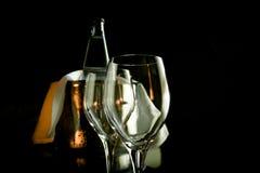 Två tomma vinexponeringsglas och ishink Arkivfoto