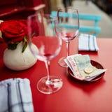 Två tomma vinexponeringsglas och spets Royaltyfri Bild