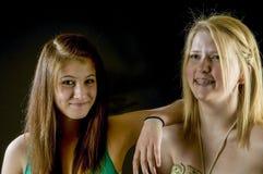 Två tonåriga flickor - bästa vänför evigt! royaltyfria bilder