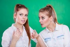 Två tonåringaktiehemligheter, skvaller Royaltyfria Bilder