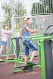 Två tonåringar går in för sportar på simulatorer Royaltyfri Bild