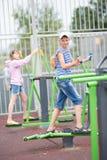 Två tonåringar går in för sportar på simulatorer Arkivbild