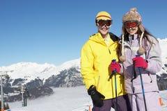 Två tonåringar skidar på ferie i berg Royaltyfri Fotografi