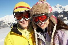 Två tonåringar skidar på ferie i berg Royaltyfri Bild