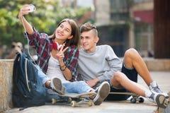 Två tonåringar som tillsammans gör selfie Royaltyfri Bild