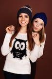 Två tonåringflickavänner i vinterkläder Arkivbilder