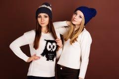 Två tonåringflickavänner i vinterkläder Royaltyfri Bild