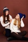 Två tonåringflickavänner i vinterkläder Royaltyfria Foton