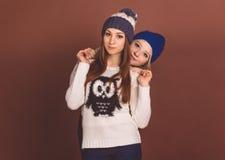 Två tonåringflickor i varm kläder Royaltyfri Fotografi