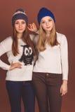 Två tonåringflickor i varm kläder Royaltyfri Foto