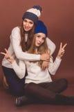 Två tonåringflickor i varm kläder royaltyfria foton