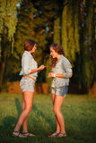 Två tonårs- flickor Arkivfoto