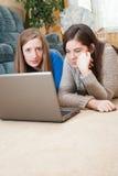Två flickor som använder bärbar dator arkivbilder