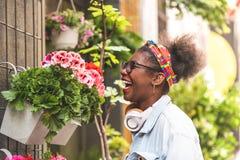 Två tonårs- flickor som luktar blommor arkivfoton