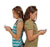 Tonårs- flickatextMessaging, i stället för samtal Arkivbild