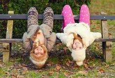 Två tonårs- flickvänner som har gyckel i thanatur på härlig au Royaltyfria Foton