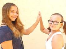 Två tonårs- systrar skriver in in i vänlig allians Arkivbilder